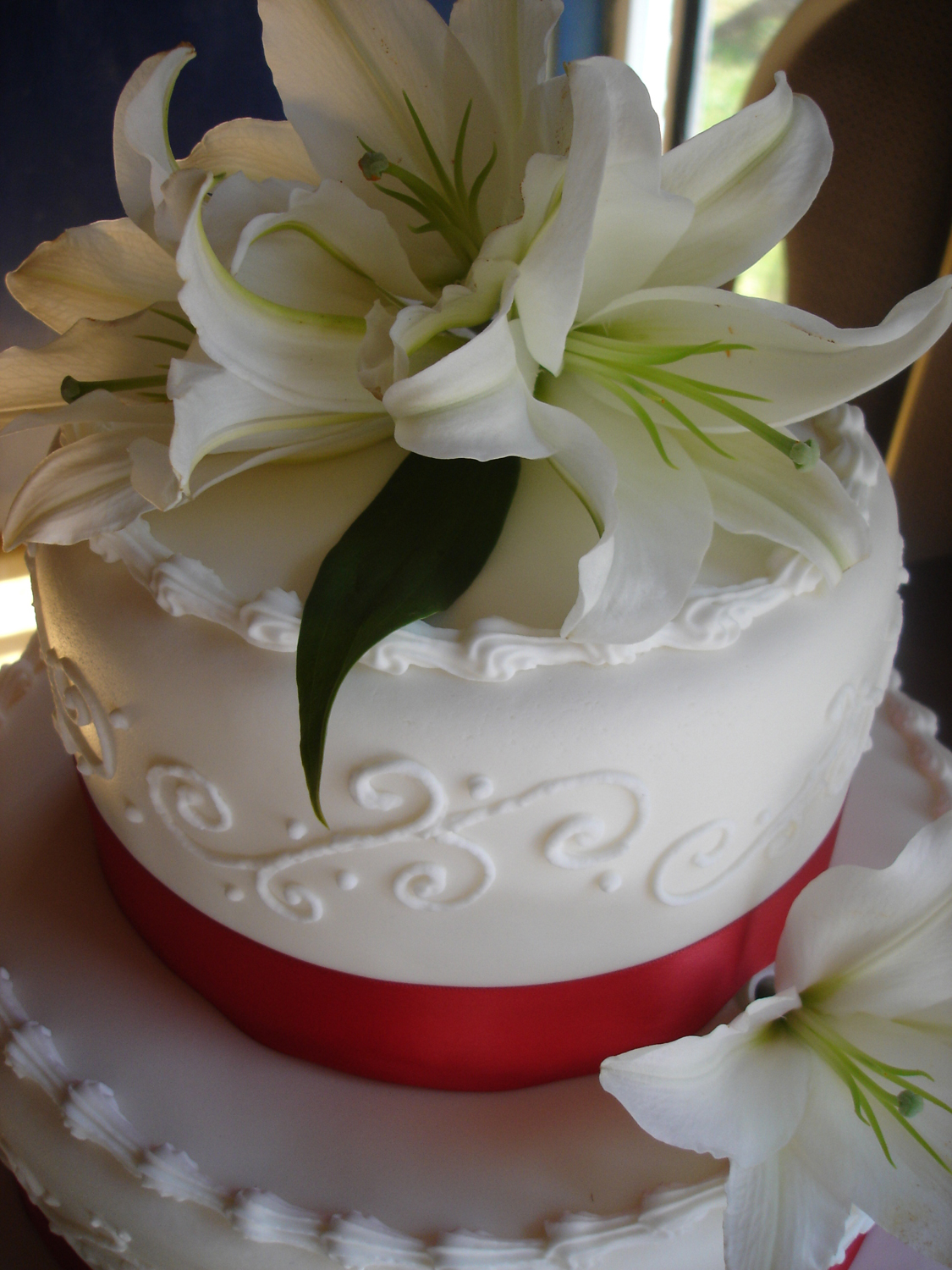Asiatic Lilies Wedding Cake Cakewalk Catering - Wedding Cake With Lilies